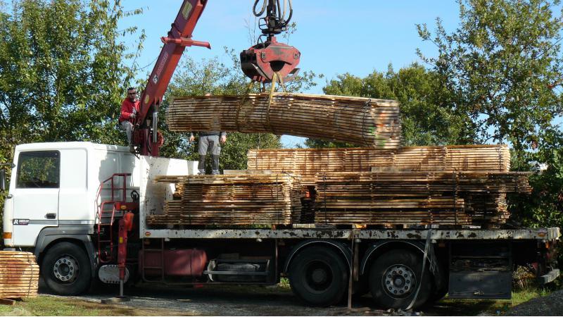 Nos meubles sont principalement fabriqués à partir de bois locaux.