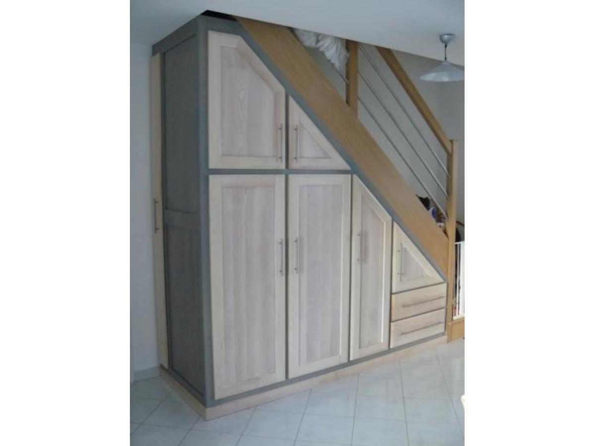 Aménagement avec portes et tiroirs sous un escalier