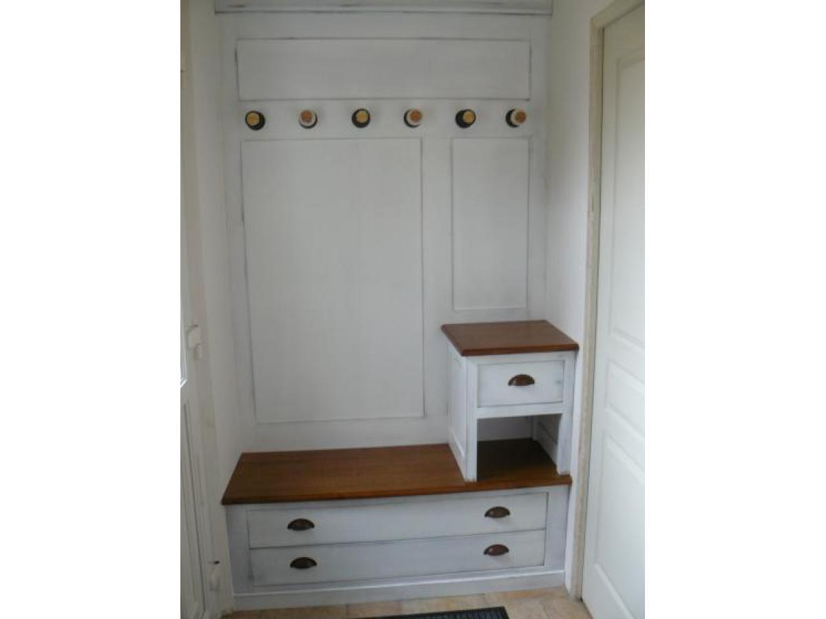 Aménagement d'une entrée avec meuble en chêne avec finition laquée blanc cassé et patine pour un effet vieilli