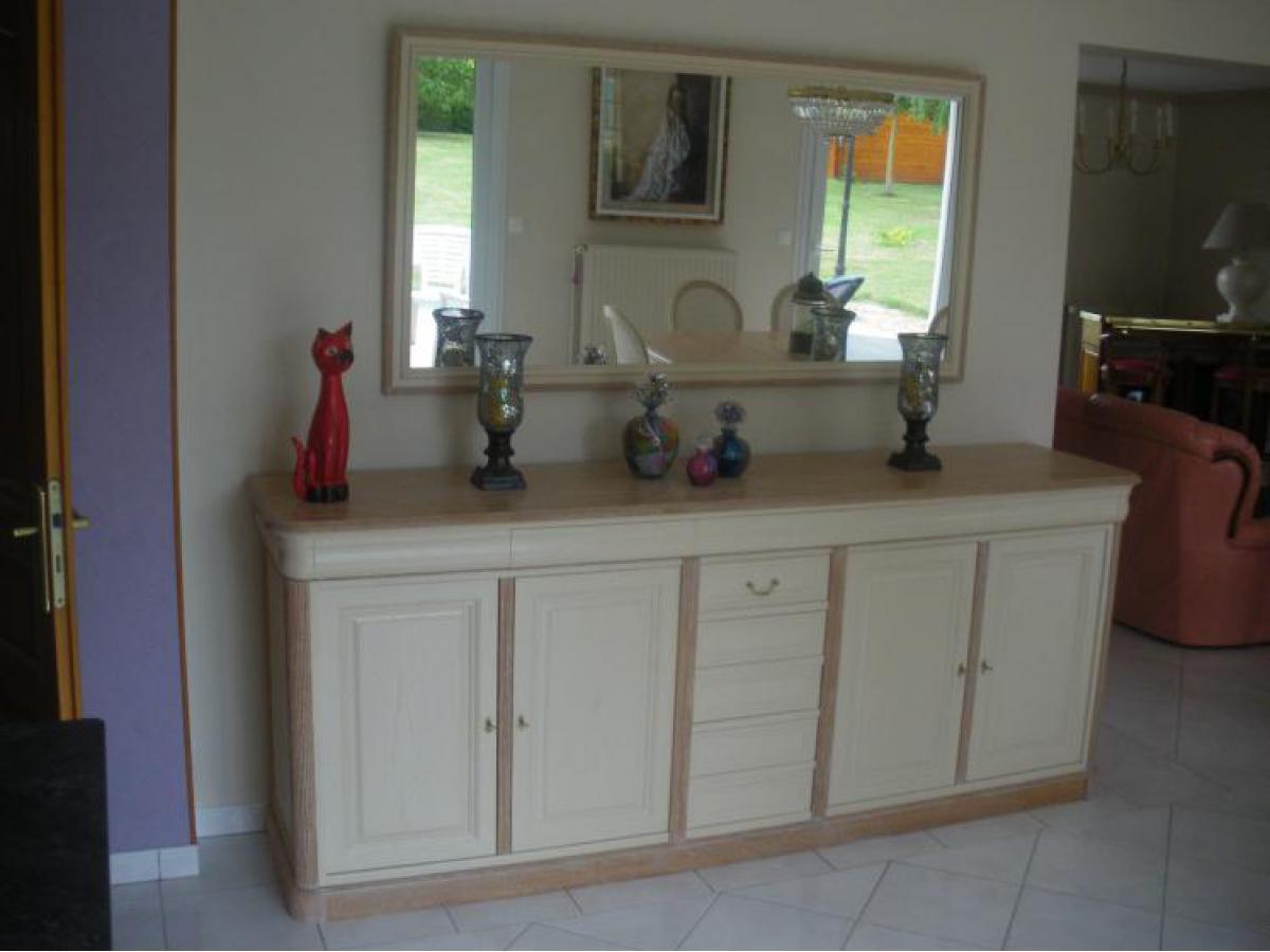 Après relookage, salle à manger laquée ivoire, plinthe, plateau et montants cérusés.