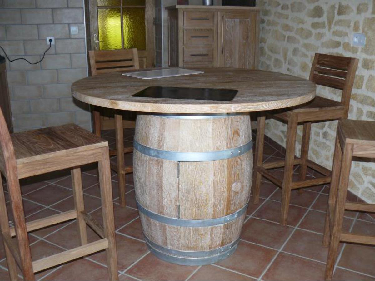 Table tonneau avec une finition cérusée et un vernis mat