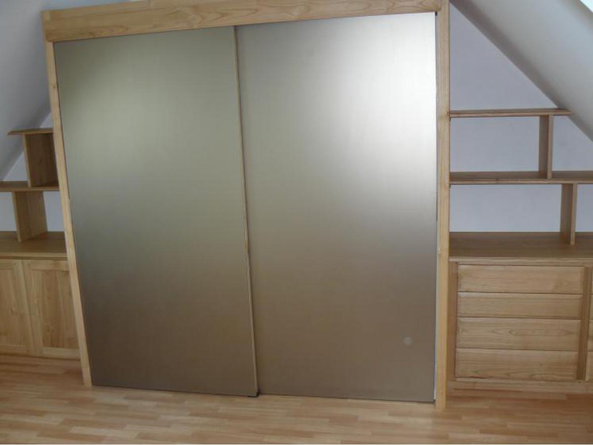 Portes coulissantes avec miroir pour dissimuler le meuble lavabo d'un côté et la cabinbe de douche de l'autre