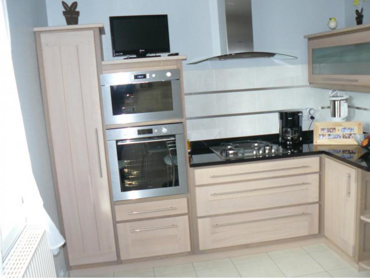 Cuisine en chêne, deux coloris avec teinte blanche et grise, vernis mat et plan de travail en granit