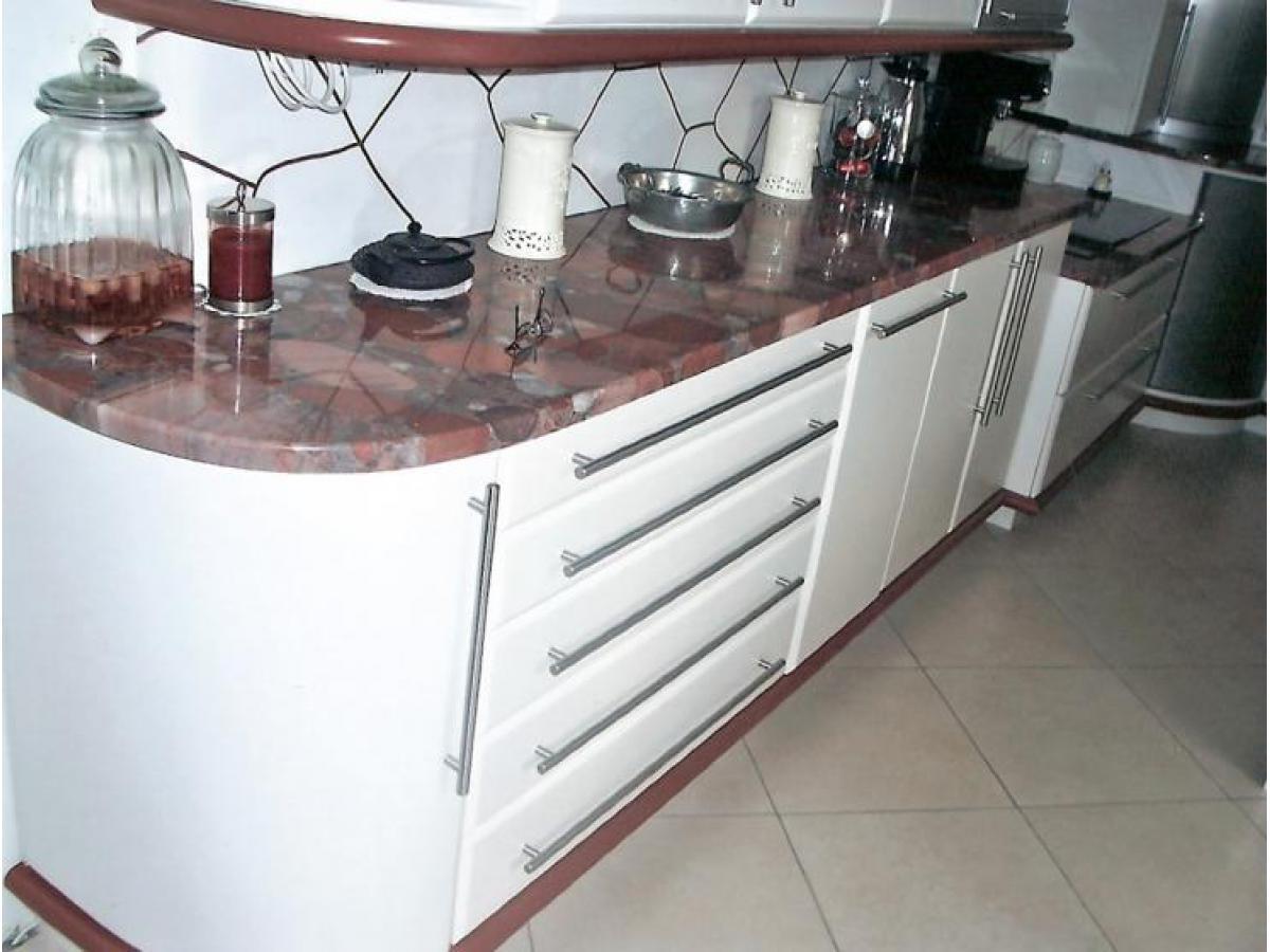 Eléments de cuisine avec porte arrondie en medium