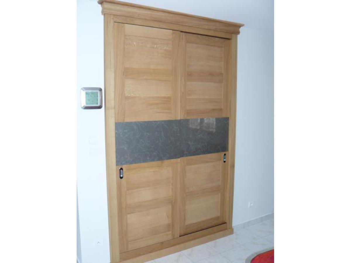 Façade de placard avec 2 portes coulissantes en chêne et miroir au centre