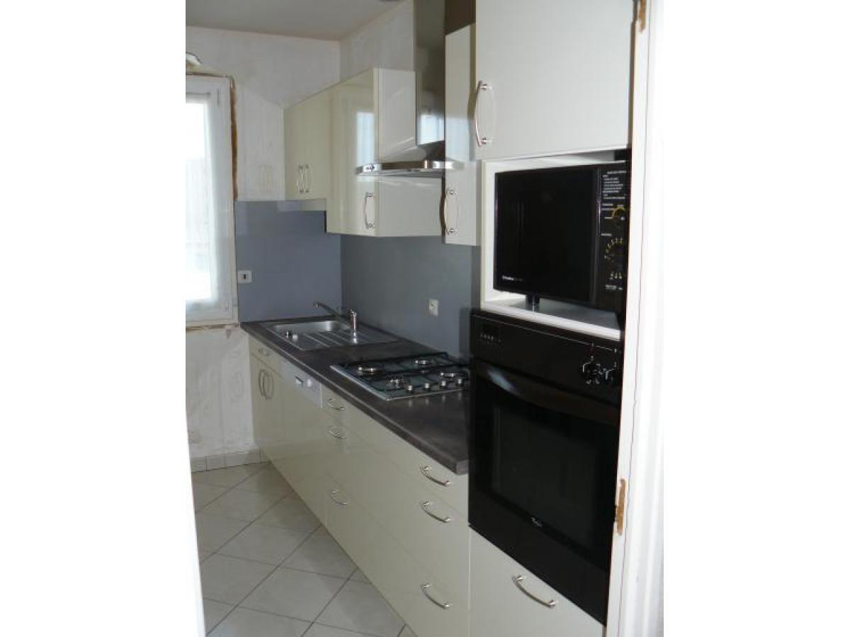 Cuisine relookée avec de nouvelles portes stratifié effet verre  (D'autres coloris sont disponible). Les caissons ont été conservés.