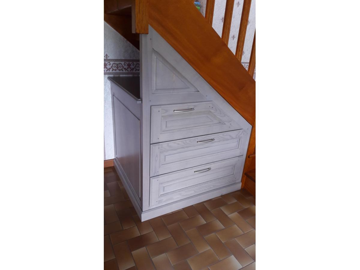 Installation de tiroirs en frêne teinté gris sous un escalier