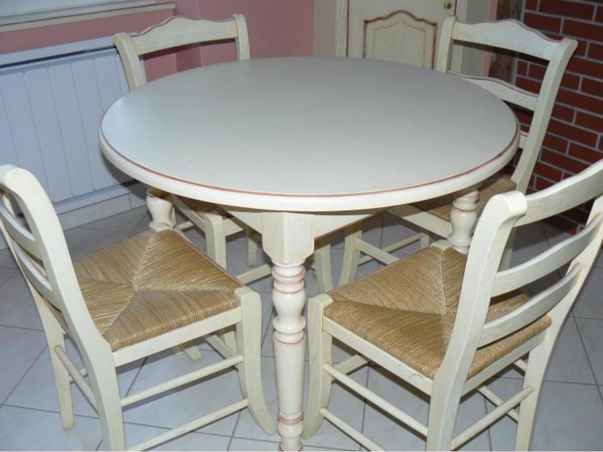 Table et chaises de cuisine avec finition laquée, lègére patine et un réchampi